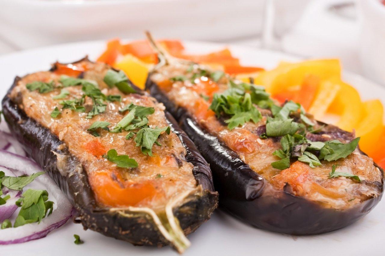 Баклажаны фаршируют овощами или рисово-мясной начинкой