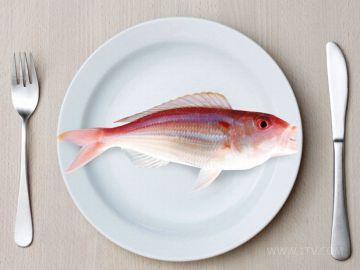 Рыбную вилку отличает углубление между зубцами