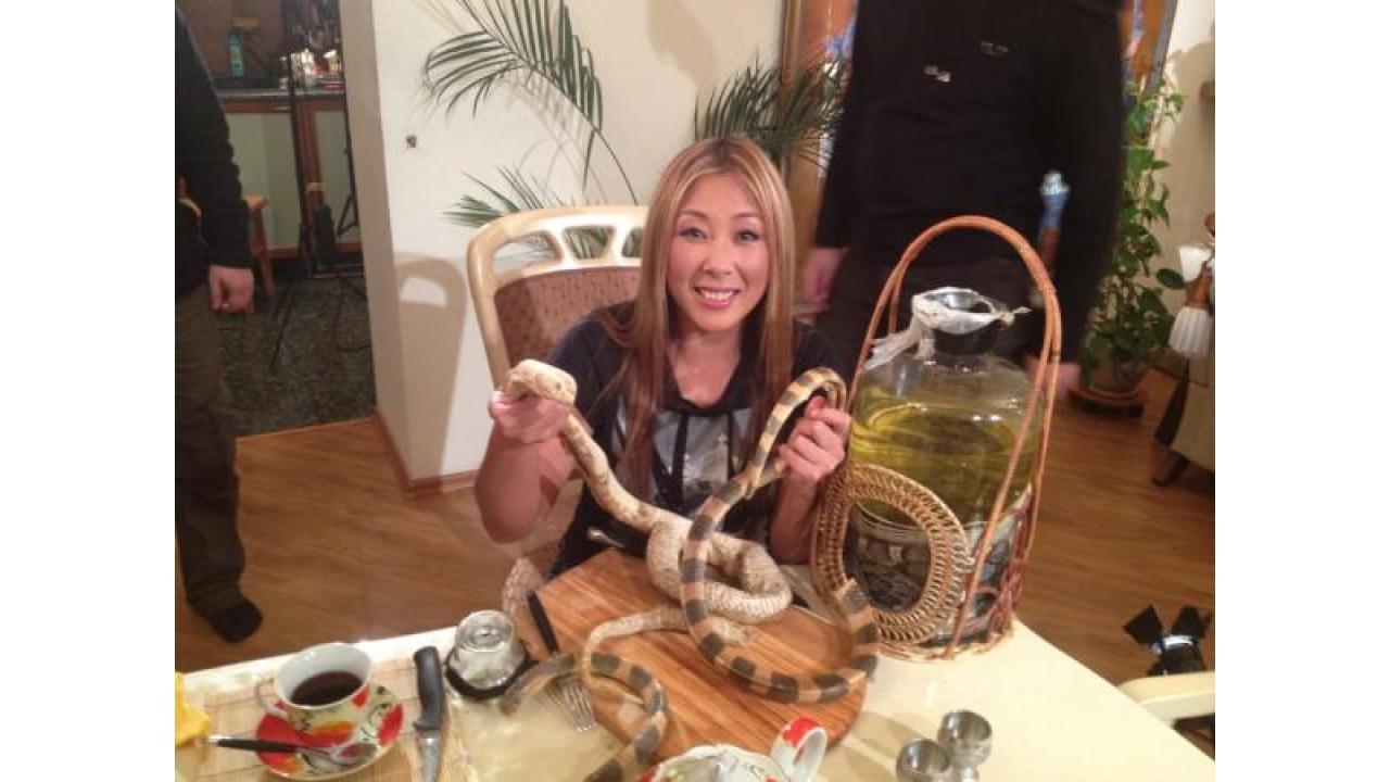 Анита Цой угостила журналистов канала «Время» змеями!
