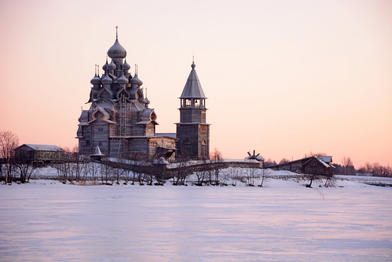 Кижи на рассвете. Фото: Kokoulina / Shutterstock