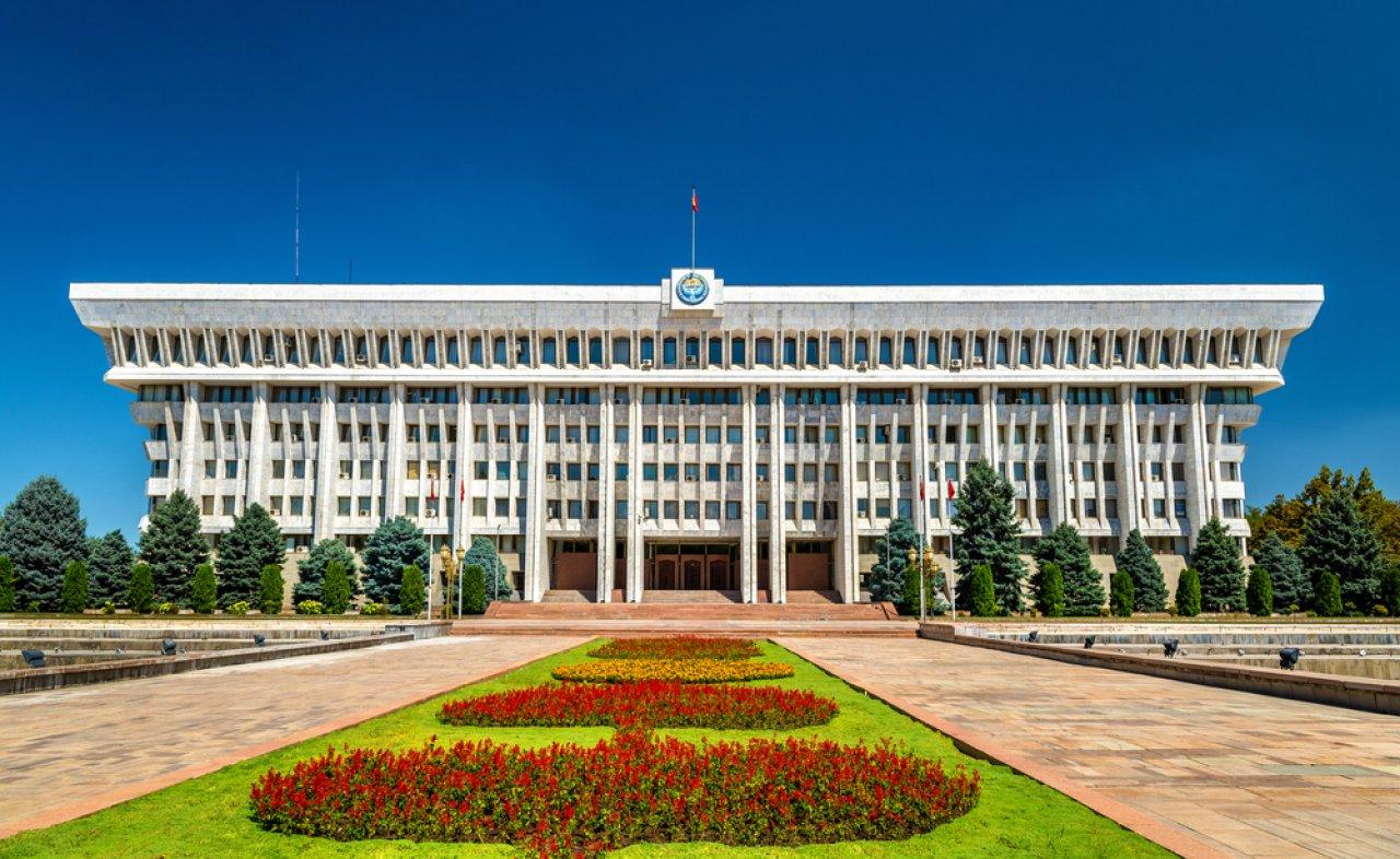 Здание парламента в Бишкеке. Фото: Leonid Andronov / Shutterstock