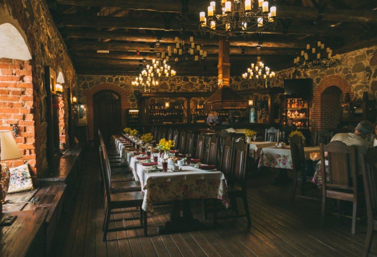 Фото: интерьеры ресторана «АмБар под дубами»