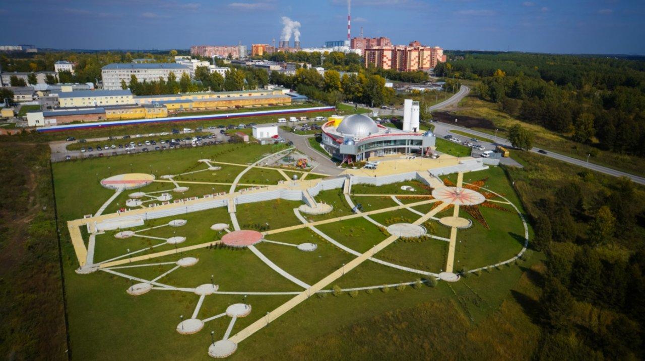 Ландшафтный парк, прилегающий к зданию планетария Новосибирска