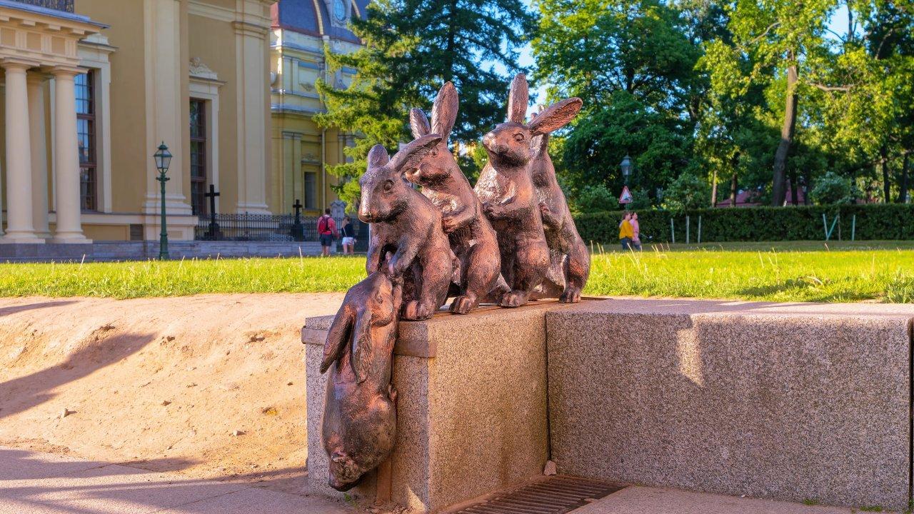 10 необычных памятников